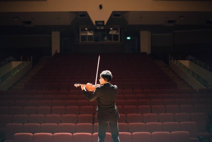 solo-violin-hall-rehearsal